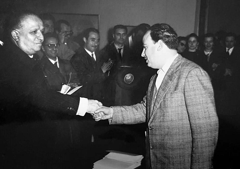 Napoli, 30 marzo 1958, Giuseppe Micieli riceve il 1° Premio Vincenzo Gemito dal Presidente della giuria.