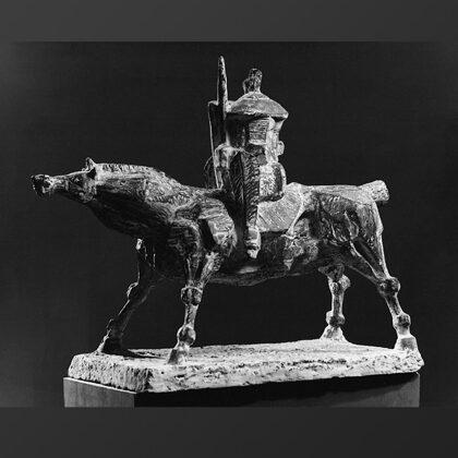 """Cavaliere medievale"" 1968 cemento cm 55x40x20"