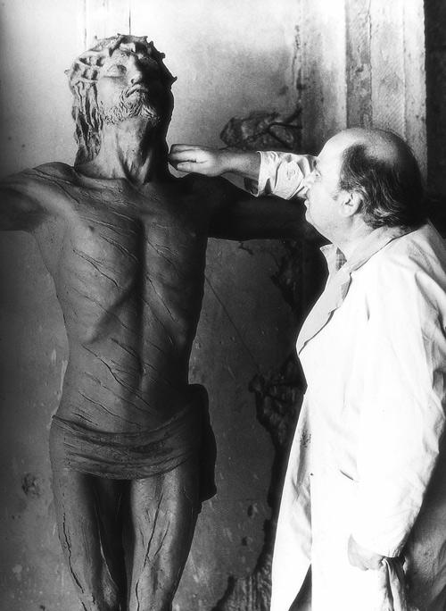 Giuseppe Micieli modella il Cristo Crocifisso