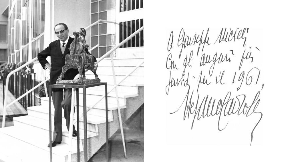 """Il gallerista Stefano Cairola ritratto accanto alla scultura """"Cavaliere medievale"""" di Giuseppe Micieli alla mostra del Premio Forlì nel 1960."""