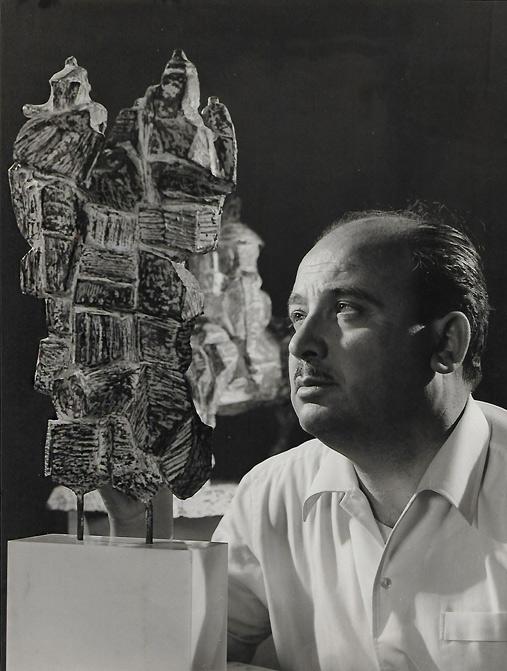 """1966, Giuseppe Micieli accanto alla scultura """"I rocciatori"""""""